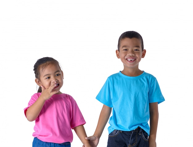 Porträt des kleinen jungen und des mädchens ist buntes t-shirt mit den gläsern, die auf weiß lokalisiert werden