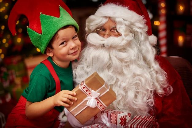 Porträt des kleinen jungen und des weihnachtsmannes Kostenlose Fotos