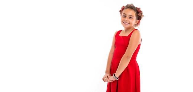 Porträt des kleinen kaukasischen mädchens mit hellem haar und hübschem gesicht im roten kleid