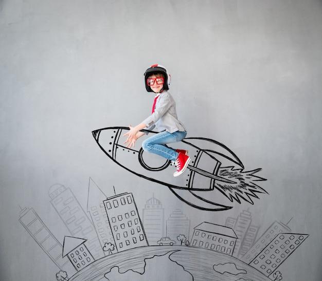 Porträt des kleinen kindes, das vorgibt, geschäftsmann zu sein. kind zu hause spielen. erfolg, idee und kreatives konzept. kopieren sie platz für ihren text