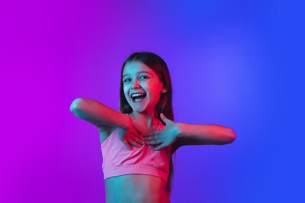 Porträt des kleinen mädchens isoliert auf neon