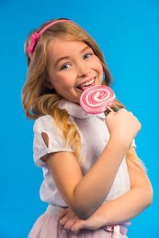 Porträt des kleinen mädchens mit einer großen süßigkeit