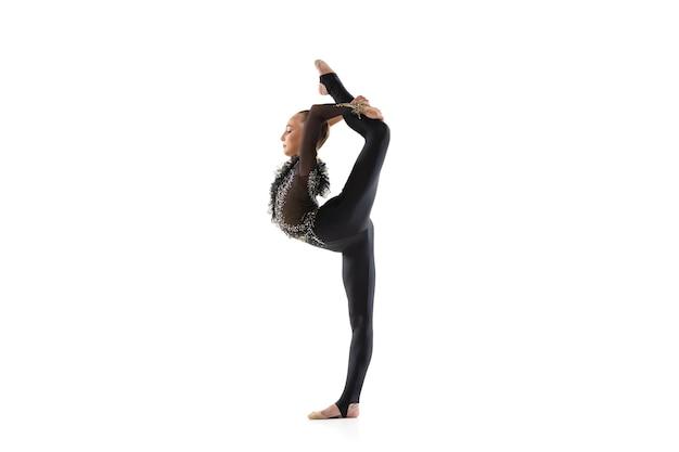 Porträt des kleinen mädchens, rhythmische gymnastikkünstlerausbildung lokalisiert auf weiß