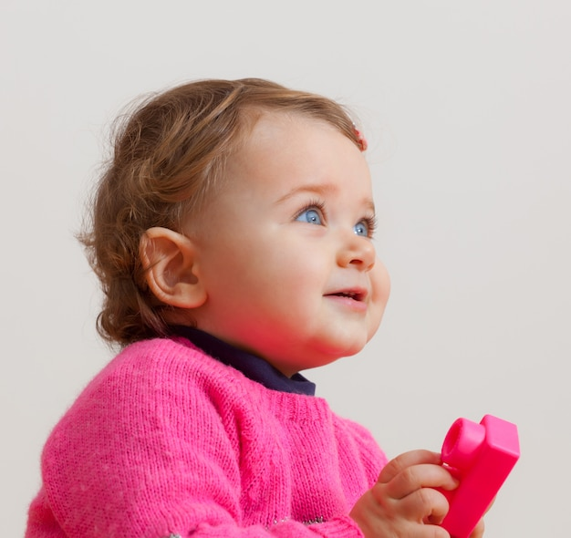Porträt des kleinkindes mit weichem gummibaustein