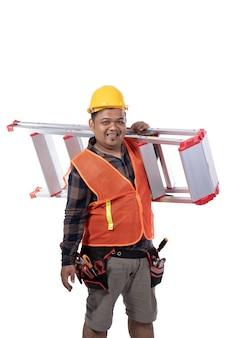 Porträt des konstrukteurs, der treppen mit helm und uniform trägt
