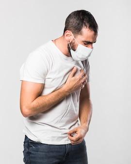 Porträt des kranken erwachsenen mannes mit gesichtsmaske