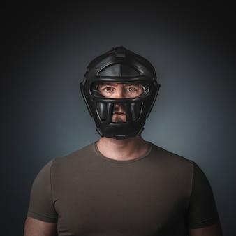 Porträt des krav magapraktikers auf grauem hintergrund