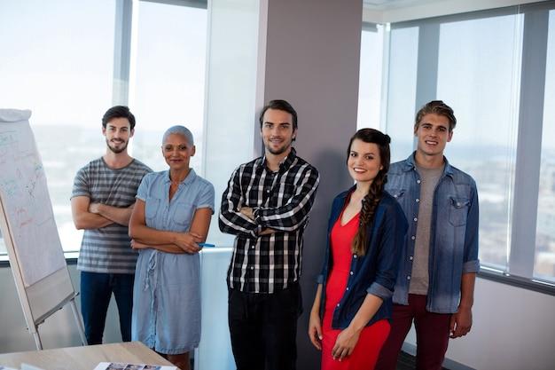 Porträt des kreativen geschäftsteams im büro
