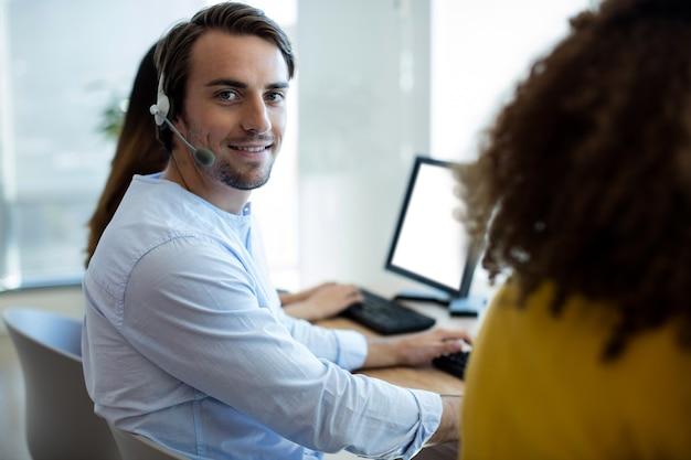 Porträt des kundendienstleiters, der im büro arbeitet
