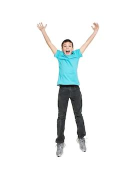 Porträt des lachenden glücklichen jugendlich jungen, der mit erhobenen händen hoch springt - lokalisiert auf weiß