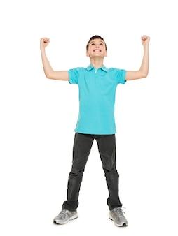 Porträt des lachenden glücklichen jugendlich jungen mit erhobenen händen