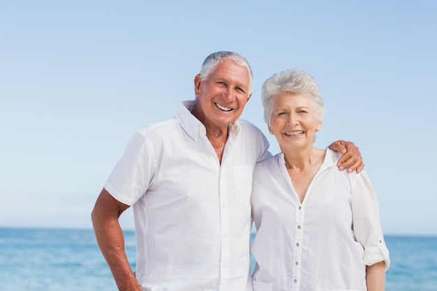 Porträt des lächelnden älteren paares