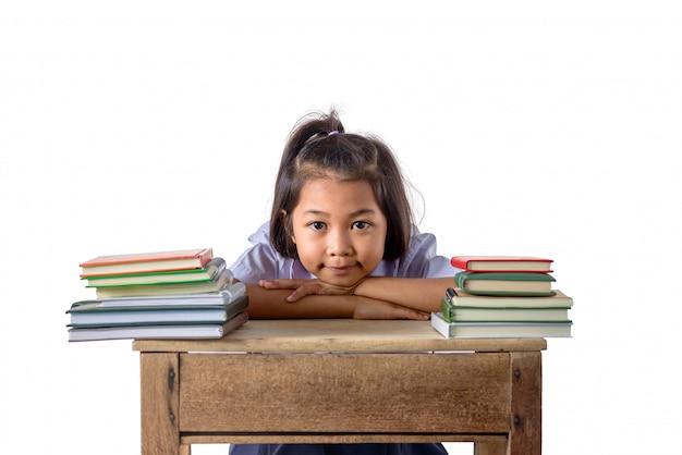 Porträt des lächelnden asiatischen mädchens des kleinen studenten mit vielen büchern