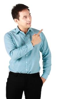 Porträt des lächelnden asiatischen mannes, der das tragende hemdgrün steht, das hand hält zeigen sie einen finger, der zeichen der freude und des glücks im weißen hintergrund zeigt. konzept glücklich fröhlich und erfreut und platz kopieren.