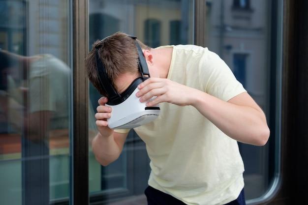 Porträt des lächelnden attraktiven mannes der junge, der virtuelle gläser trägt