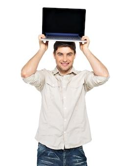 Porträt des lächelnden glücklichen mannes mit laptop auf kopf mit leerem bildschirm - lokalisiert auf weiß. konzeptkommunikation.