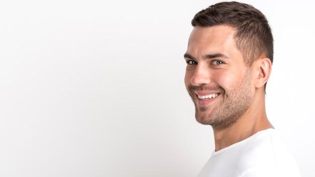Porträt des lächelnden gutaussehenden mannes kamera betrachtend