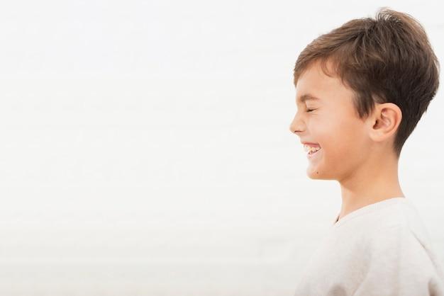 Porträt des lächelnden kindes mit kopienraum