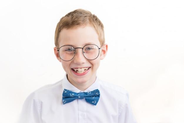Porträt des lächelnden kleinen jungen in den gläsern auf weißem hintergrund