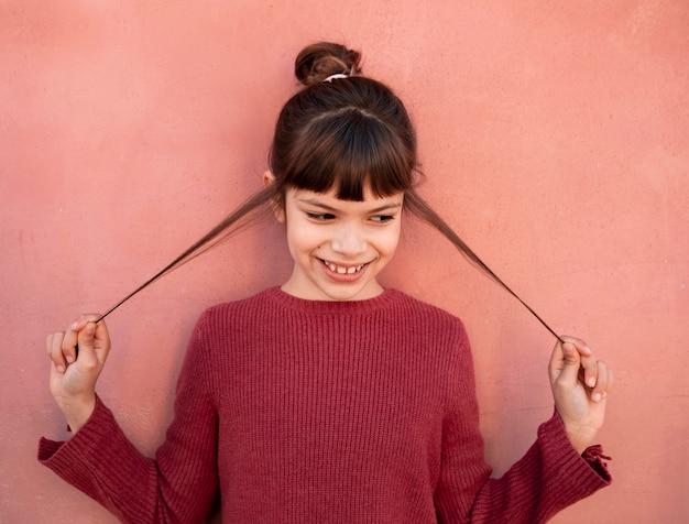 Porträt des lächelnden kleinen mädchens Kostenlose Fotos
