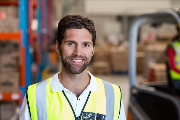 Porträt des lächelnden lagerarbeiters