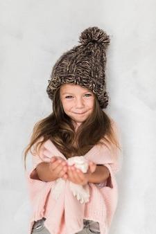 Porträt des lächelnden mädchenwinters gekleidet