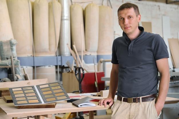 Porträt des lächelnden männlichen besitzers des industriellen kleinunternehmens