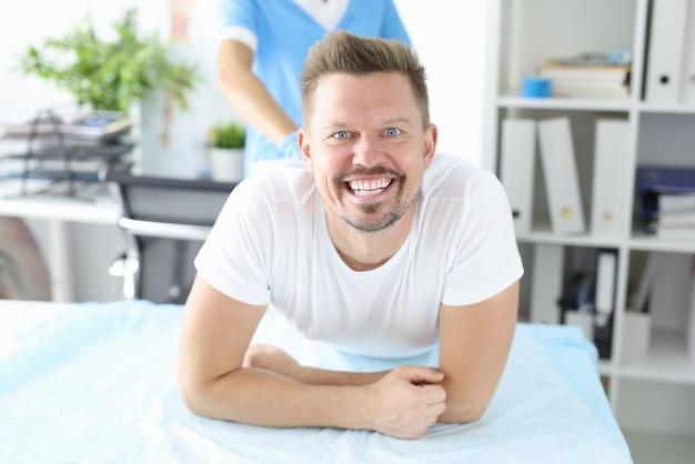 Porträt des lächelnden mannes am proktologentermin