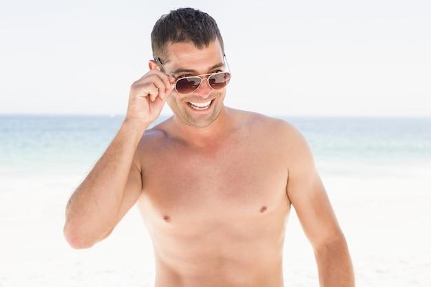 Porträt des lächelnden mannes am strand