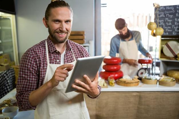 Porträt des lächelnden personals unter verwendung des digitalen tablets