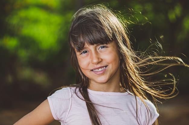 Porträt des lächelnden schönen jungen mädchens am bauernhof