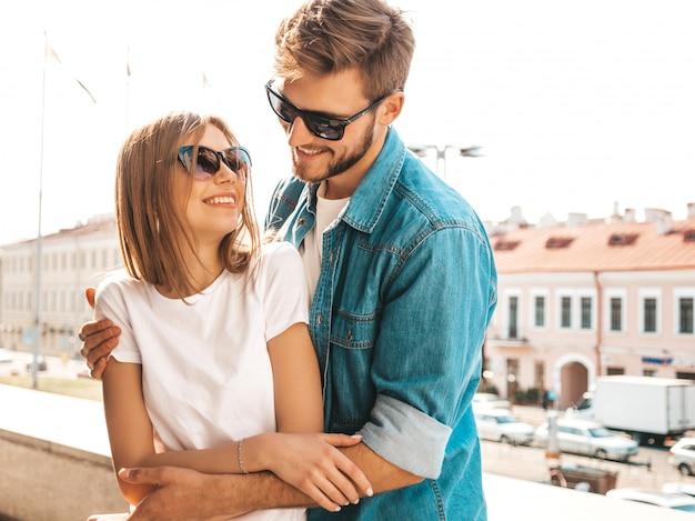 Porträt des lächelnden schönen mädchens und ihres hübschen freundes. frau in der beiläufigen sommerjeanskleidung.