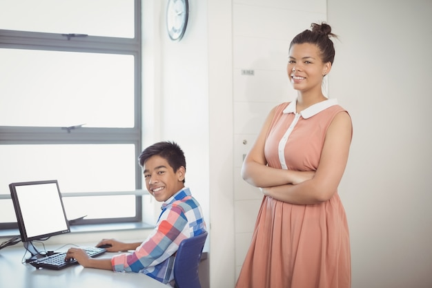 Porträt des lächelnden schülers unter verwendung des computers