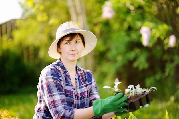 Porträt des lächelnden weiblichen gärtners des schönen mittelalters