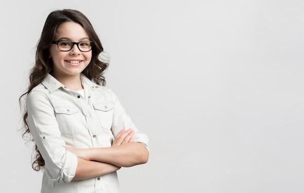 Porträt des lässigen jungen mädchens mit brille
