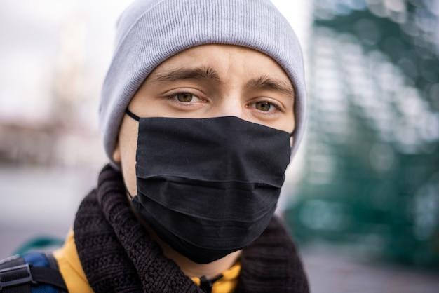 Porträt des lebensmittelkuriers mit schwarzer medizin. lebensmittel-lieferservice