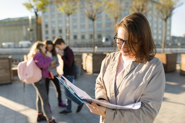 Porträt des lehrers in gläsern mit zwischenablage