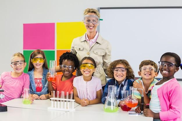 Porträt des lehrers und der kinder, die im labor stehen