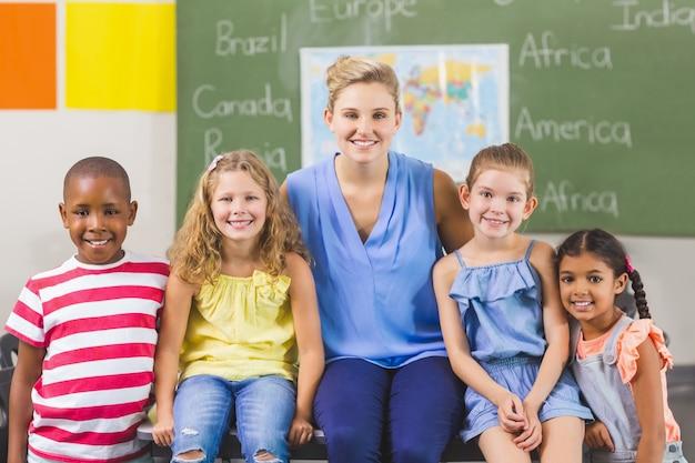 Porträt des lehrers und der kinder im klassenzimmer