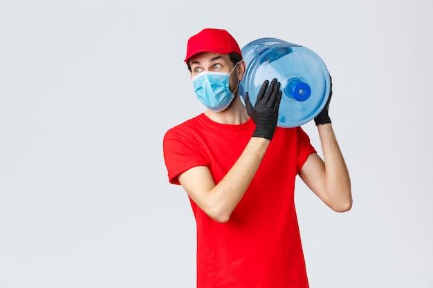 Porträt des lieferboten mit gesichtsmaske und wassertank