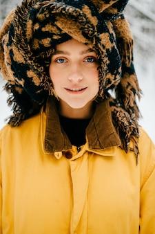 Porträt des lustigen jungen hipster-mädchens mit einem turban des schals, der aufwirft