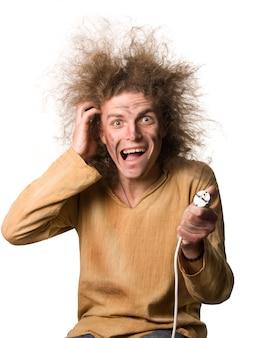 Porträt des lustigen jungen mannes nach elektrischem schlag mit hochspannung