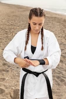 Porträt des mädchens im karatekostüm