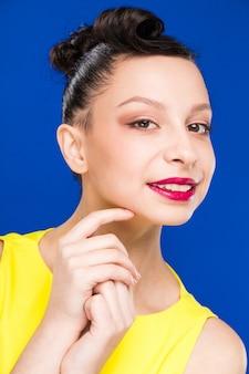Porträt des mädchens mit make-up im gelben kleid