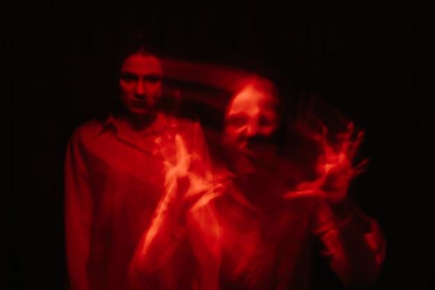 Porträt des mädchens mit psychischen störungen in einem weißen hemd
