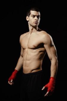 Porträt des männlichen boxers, der aufwirft