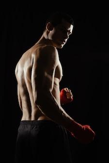 Porträt des männlichen boxers, der über schulter schaut