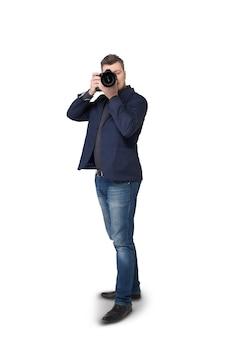 Porträt des männlichen fotografen mit digitalkamera auf weiß, vorderansicht