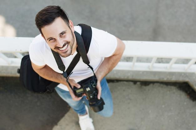 Porträt des männlichen fotografen mit kamera
