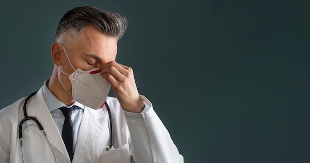 Porträt des männlichen gesundheitspersonals mit kopienraum